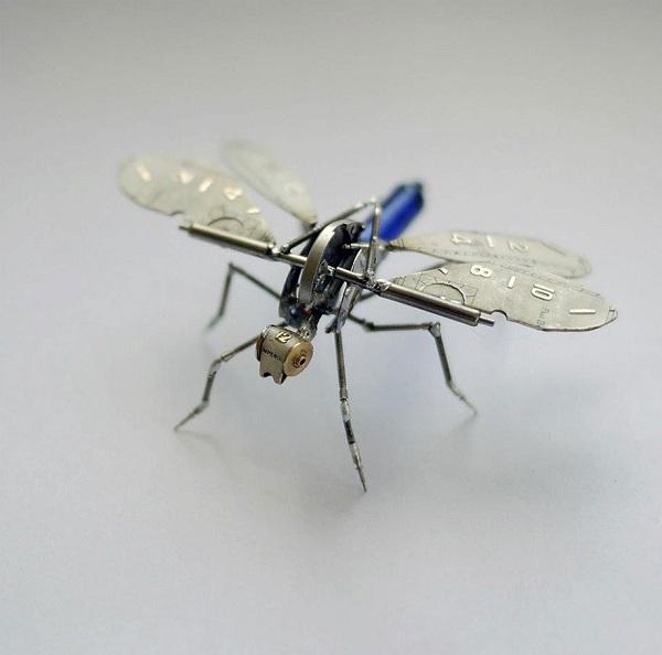 """Justin Gershenson-Gates,美国芝加哥艺术家,他擅长将细碎生锈的零件转换成可爱有趣的小玩具,他的""""A Mechanical Mind""""系列就是用废弃钟表零件制作了一群昆虫与飞行生物,虽然乍看之下有些吓人,但实际上这些都是精心制作的艺术品,而成品也如真实世界里的"""