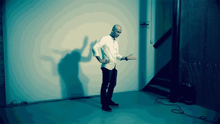 第二个短片主要拍摄人影舞动的素材,开拍后让人物上半身舞动出各种